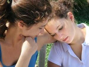 Девушка успокаивает расстроенную подругу