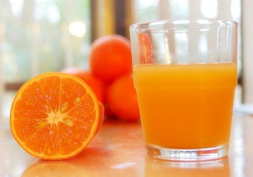 Наутро свежевыжатый сок и маска из апельсина на лицо — святое дело!