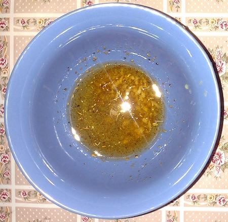 Запекаем свинину: смешать в миске масло, соль, перец, чеснок и специи