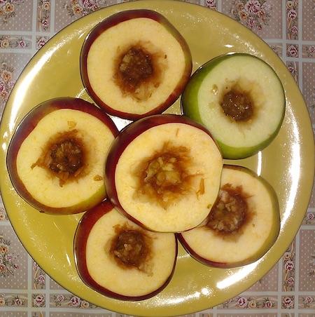 Яблоки помыть, вырезать сердцевину