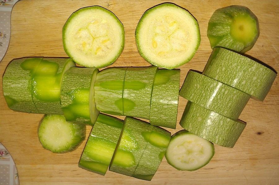 Помойте кабачки, нарежьте кружочками 1-1,5 см толщиной